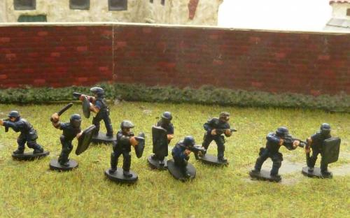15mm Police in riot gear and weapons