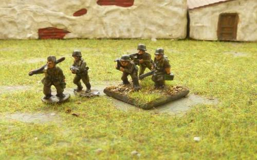 CDGI-04 LMG moving team (left) firing (right)